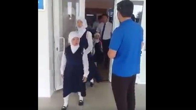 Жаңаөзенде директор хиджаб киген оқушыларды мектепке кіргізбей қойды (видео)