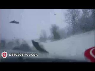 Elektrėnu policijos pareigūnai susidūrė su Audi a6