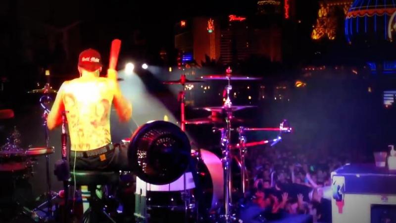 Blink-182 - Ghost On The Dance Floor (travis barker)