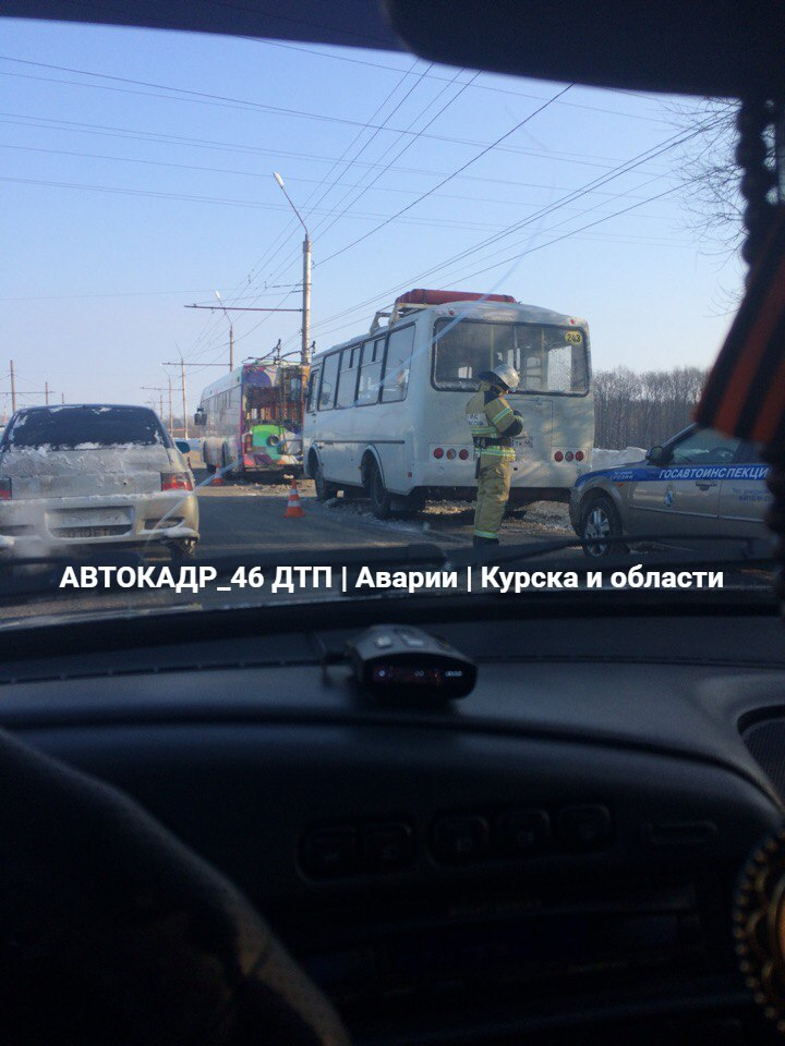 В Курске столкнулись ПАЗ и троллейбус, есть пострадавшие