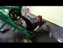 делаю жим ногами 100 кг и мёртвую тягу с гантелями каждая по 15 кг!