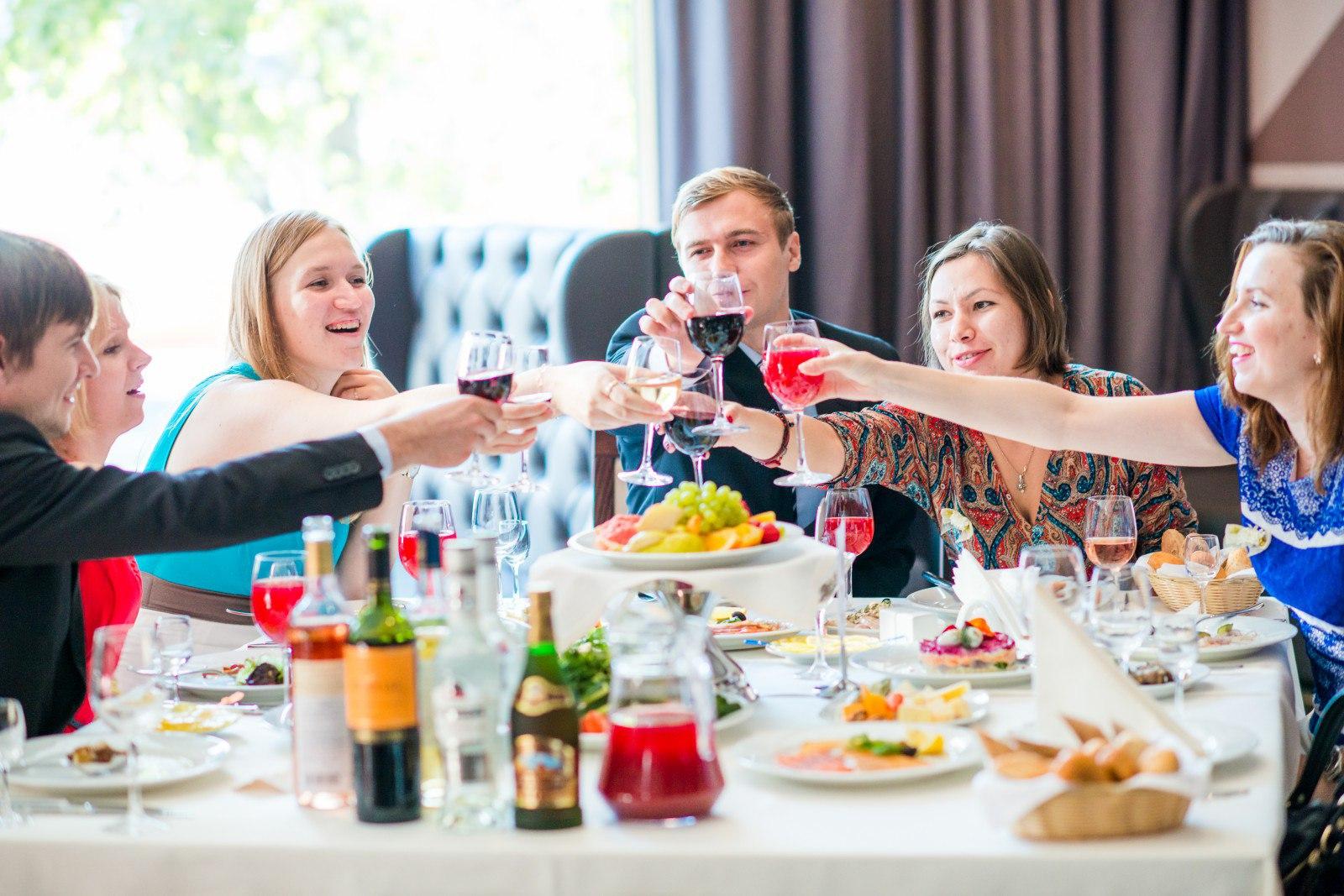 Как рассадить гостей на свадьбе за столом