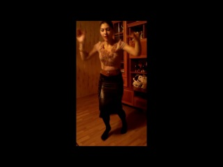 Танцует симпатичная цыганочка