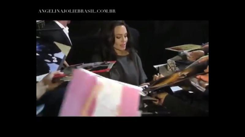Анджелина раздаёт автографы у «Egyptian Theatre»