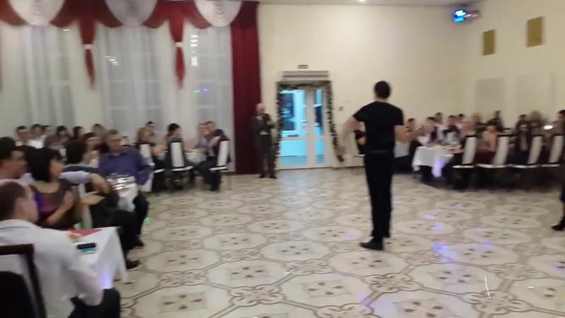 Прикольный красивый казачий танец с шашками на новогоднем корпоративе.mp4