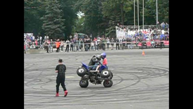 День Молодежи! Дрифт шоу! Под аплодисменты зрителей гонщик на квадроцикле прокатил 2х девушек. 24 июня 2017г