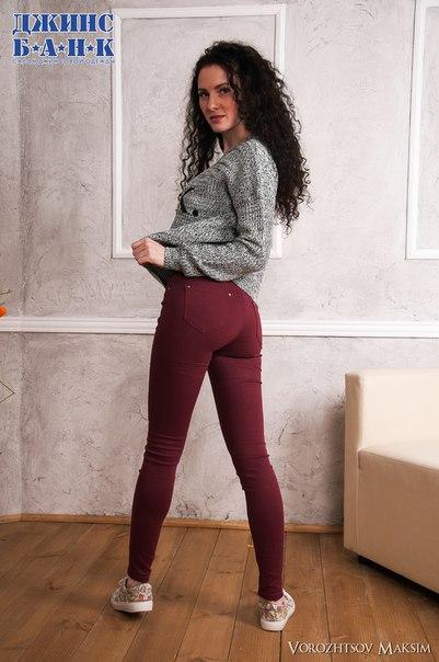 Цветные джинсы выглядят свежо и лаконично - то что надо для серой осен