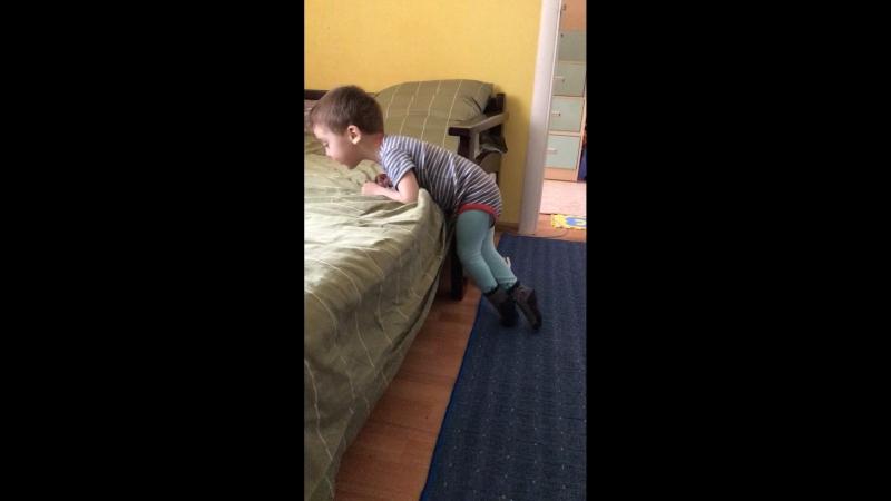 Радмирчик залазит на диван.