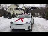 Tesla Model X танцует под рождественскую музыку