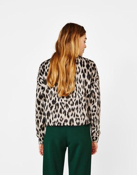 Пушистый свитер с животным принтом