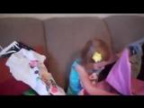 Реакция маленькой девочки на подарки