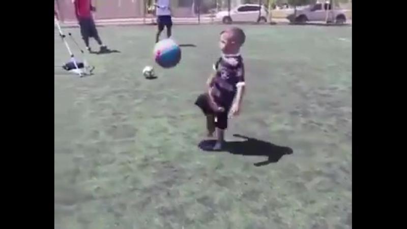 Маленький мальчик показал мастерское владение мячом