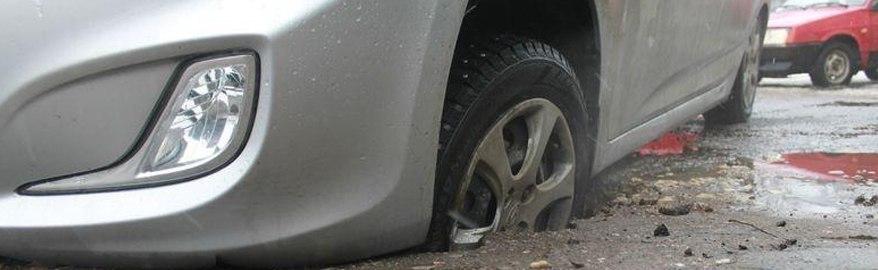 Верховный суд пояснил, кто оплатит ремонт попавшей в яму машины