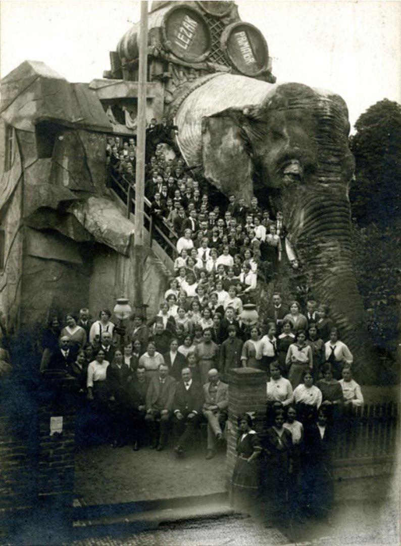 """Пивной бар """"U slona"""" в Праге. Aвстро-Венгрия, 1908 год."""