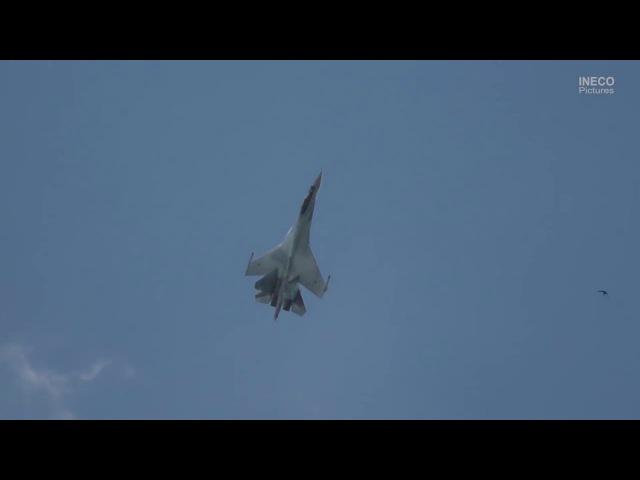 Эффектные кадры: Су-35 показал чакру и кобру