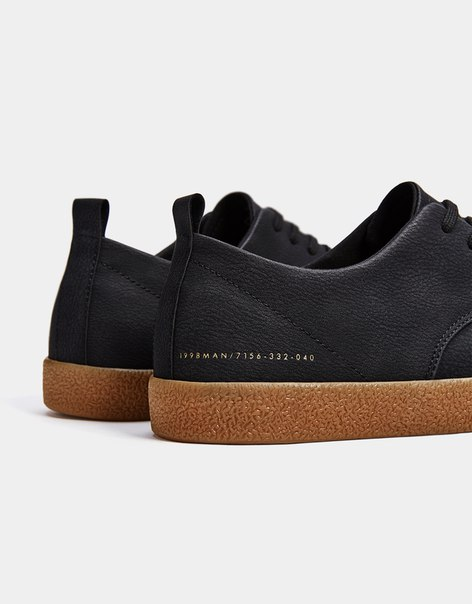 Мужские кроссовки с подошвой карамельного цвета