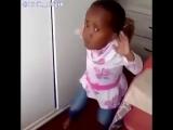 Девочка танцует!