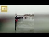 Чтобы спасти мать с детьми, которые провалилась под лед, люди сформировали 20-метровую жувую цепь
