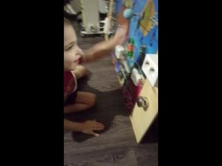 Митя играет с развивающий доской
