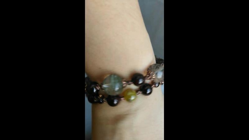 Сет браслетов из натуральных камней кварца-фантома, зелёного граната, красного граната и маленьких раухтопазов.