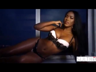 Красивая негритянка в сексуальном белье