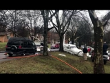 В США самолет рухнул на припаркованные автомобили