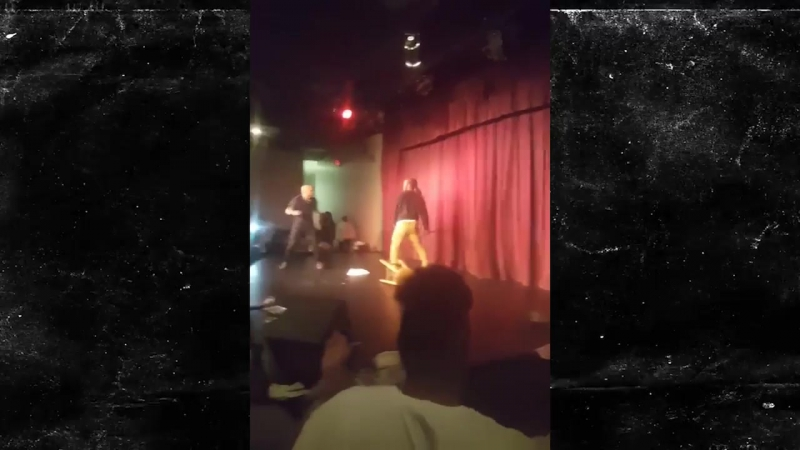Поклонник американского комика Стива Брауна едва не убил его стулом — видео
