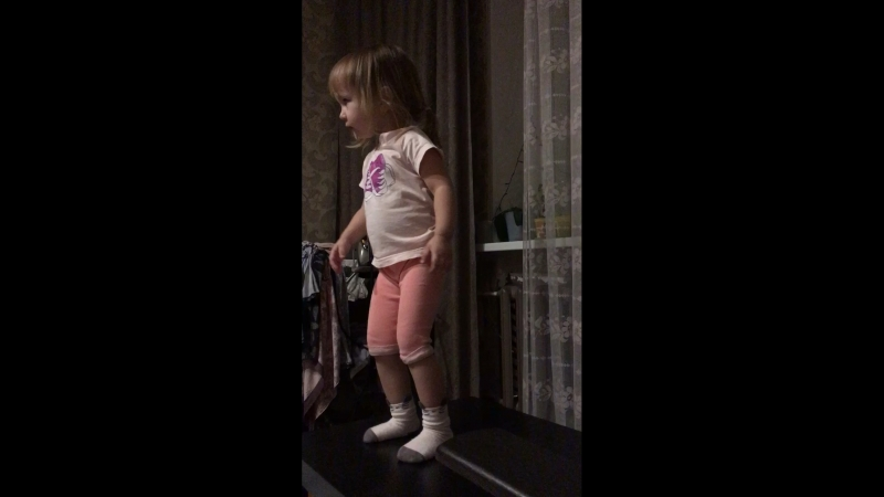 Ариана танцует:)