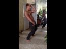 Парень классно танцует ногами