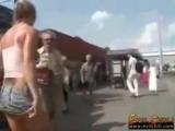Видео брюнетку ебут толпой помощь