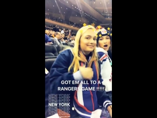 Белла и Джиджи на хоккейной игре «Нью-Йорк Рейнджерс» против «Анахайм Дакс» (19.12.17)