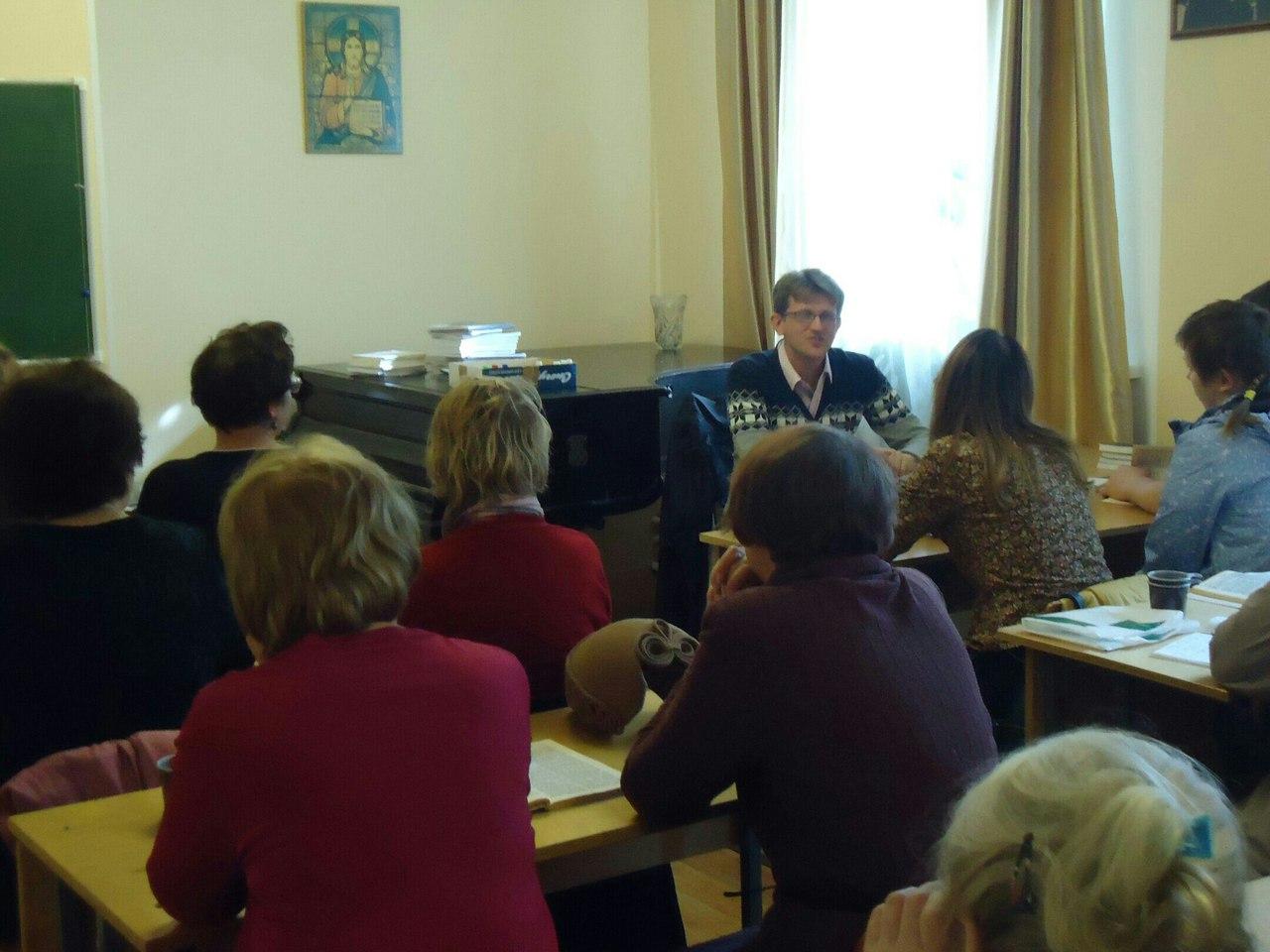 Занятие ведет преподаватель Санкт-Петербургской духовной академии Дмитрий Георгиевич Добыкин