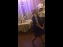 Очаровательная молодая энергичная и симпатичная теща танцует со своим любимым зятем