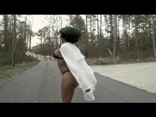 Негритянка в одном белье гуляет по дороге
