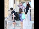 Счастливые родители провожают детей в школу