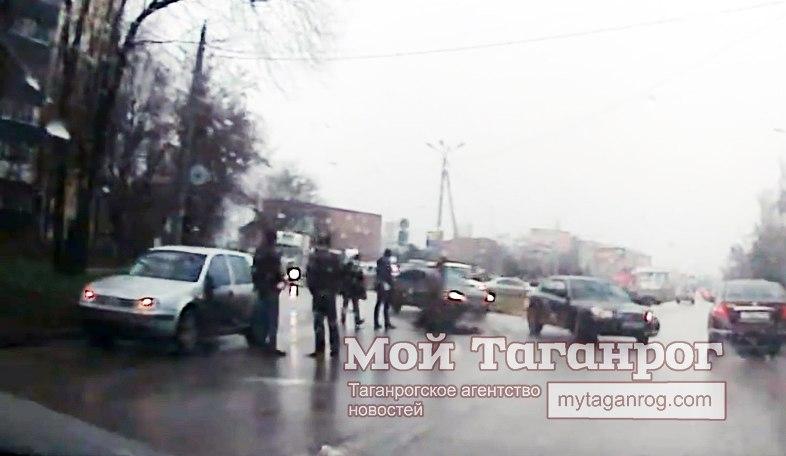 В Таганроге под колеса Volkswagen Golf угодил 78-летний пешеход. ВИДЕО