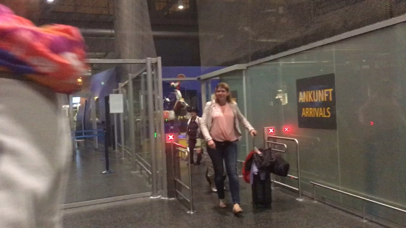 5 Aug 2017 в Аэропорту Бремена(3) прилёт мамы