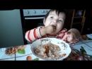 Аида кушает