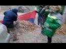 Коммунальщики города Героя Сталинграда собирают мусор власовским флагом