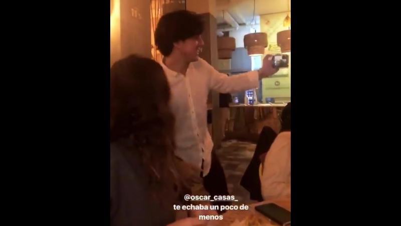 Оскар в кафе с друзьями