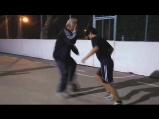 Розыгрыш - профессиональный спортсмен переодетый в старика весело уделывает молодых.Vse o Football - Дед показал дриблинг