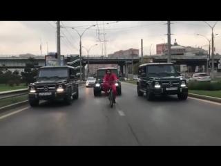 Кортеж из велосипедиста и трех «Гелендвагенов» перекрыл улицу в Краснодаре, чтобы снять необычное видео.