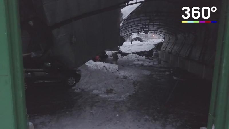 Крыша автостоянки рухнула на машины под тяжестью снега