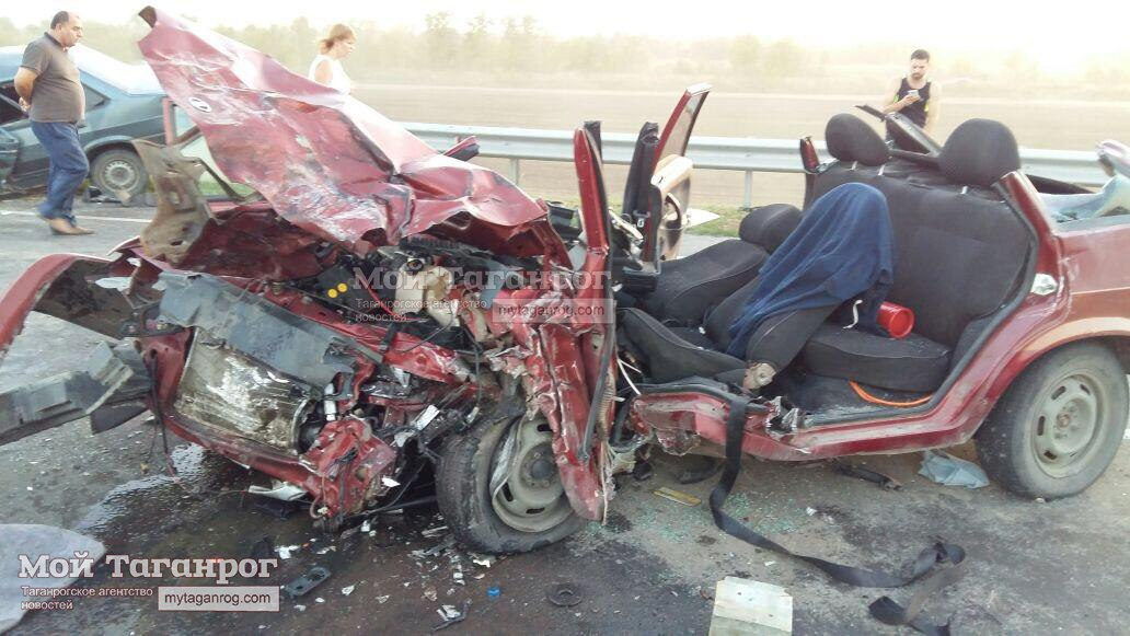 Недалеко от Таганрога столкнулись три автомобиля, есть пострадавшие