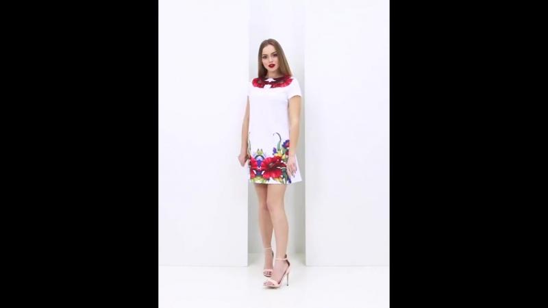 Белое короткое платье-трапеция с красочными маками