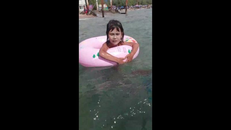 Аружанка учатся купаться