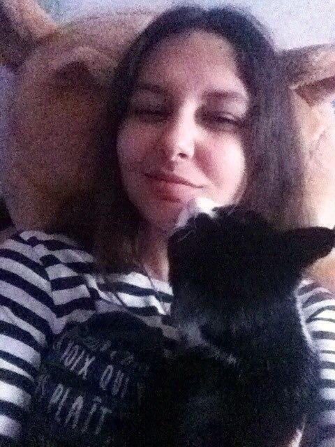 Отдам молодую кошечку в добрые руки,примерно 1-1,5 года,очень ласковая,добрая,любит лежать на ручках и спать на голове(а еще спать на волосах) к лотку приучена,кушает все,не устраивает бардак,не шумная,любит мурчать и тихонько мяукать.
