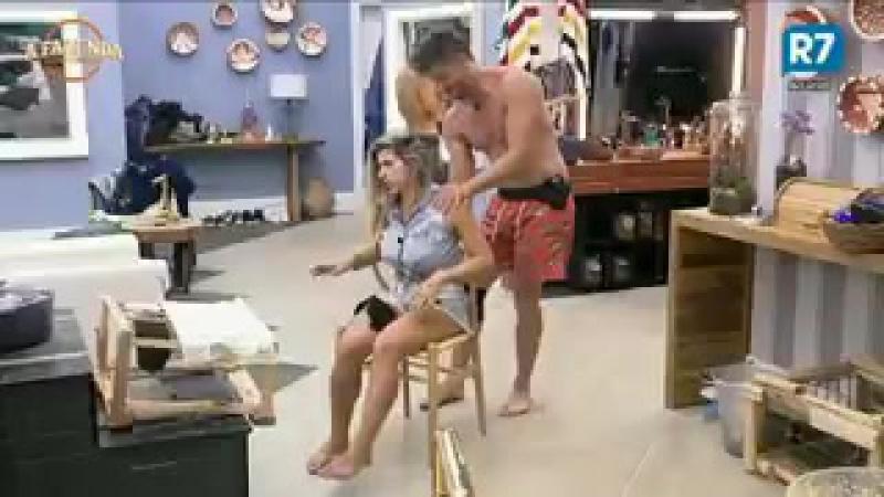 Marcos fez a mesma massagem de soltar a coluna que fez com a Emyli
