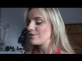 Красивая женщина готовится к новому году и рассказывает о своем опыте куни с молодым парнем