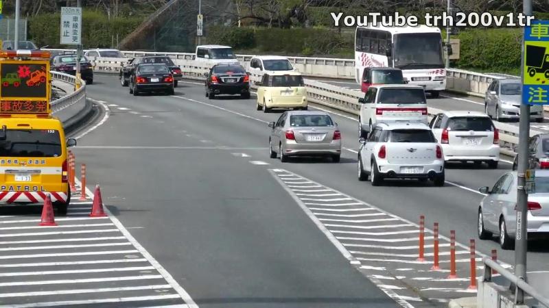 Кортеж премьера Японии культурно встраивается в поток автомобилей The premiere o